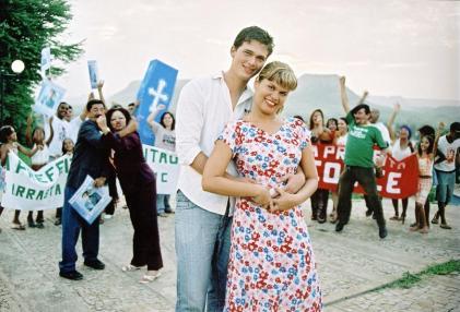 O casal romântico Valdir e Charleni à frente de todo o elenco do filme