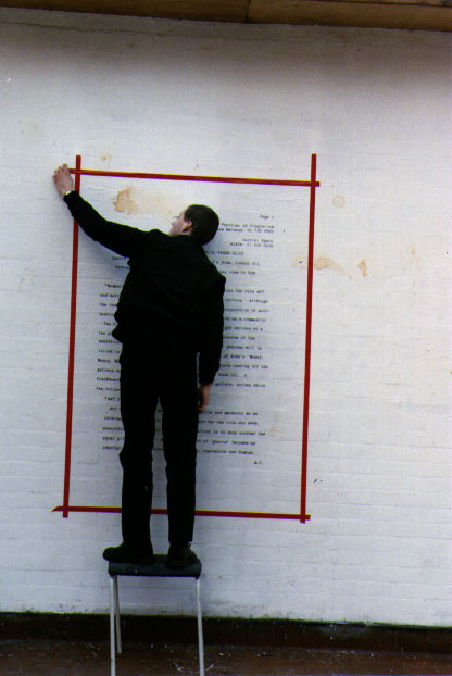 Home trabalhando na exposição 'Humanity in Ruins'